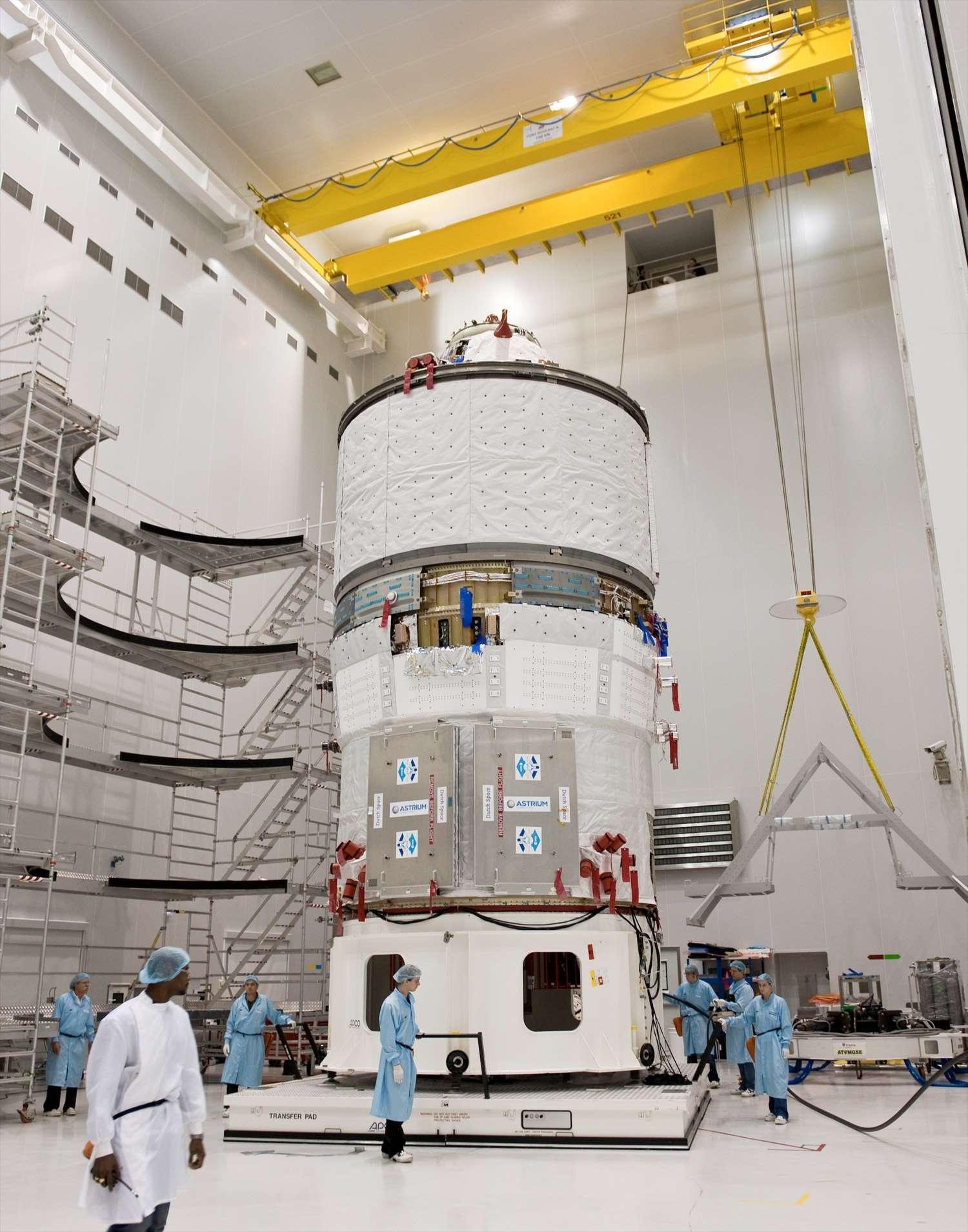 L'ATV-2 Johannes Kepler dans les locaux du centre spatial de Kourou, avant son installation dans la coiffe du lanceur Ariane 5. © Esa/S. Corvaja