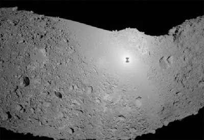 Image prise à 19h58 heure de Paris le 19 novembre par Hayabusa, à 380 mètres de la surface. On y voit l'ombre de la sonde sur l'astéroïde Itokawa.