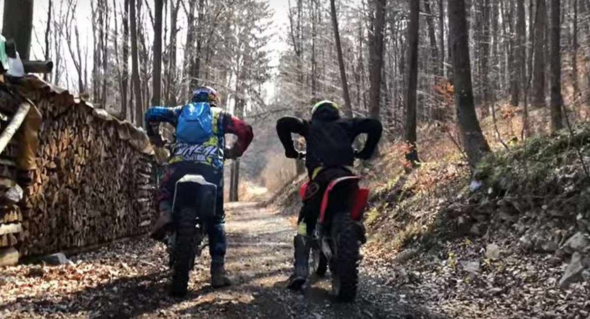 Le duel entre ces motocross électrique et thermique a été filmé par un youtubeur slovène. © Frayer