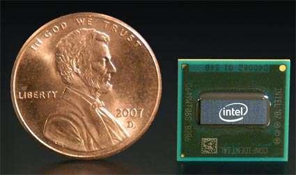 Un Silverthorne, à côté d'un penny, de même diamètre que notre pièce de dix centimes. © Intel
