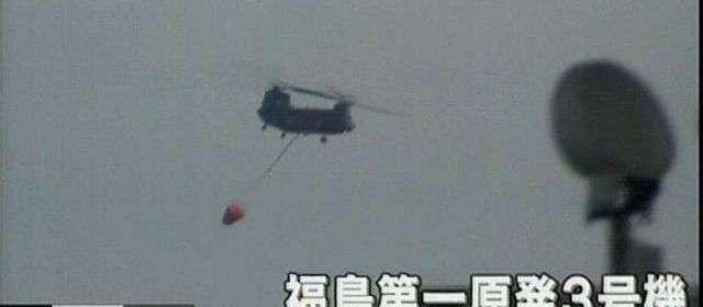 Un hélicoptère s'approche de la centrale de Fukushima pour un largage d'eau sur l'un des réacteurs. © NHK