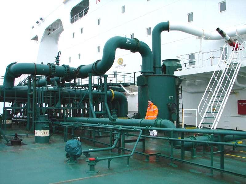 Tuyaux de gaz utilisés pour l'inertage des cuves du pétrolier VLCC Algarve. © Hervé Cozanet, Wikimedia-CC by-sa 3.0