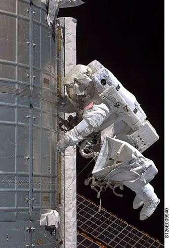 Steve Bowen en plein travail de pose d'antenne sur le module Kibo. Crédit Nasa