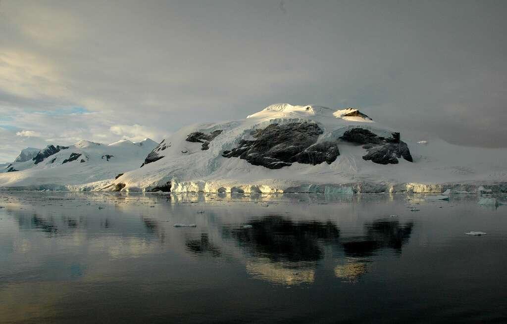 L'Antarctique est le continent le plus sec, le plus froid et le plus venteux de la planète. Il est à 98 % recouvert de glace (épaisseur moyenne de 1,6 km). Bref, ces conditions ont de quoi refréner les ardeurs des personnes désireuses d'aller y chercher des diamants. © Rita Willaert, Flickr, cc by nc 2.0