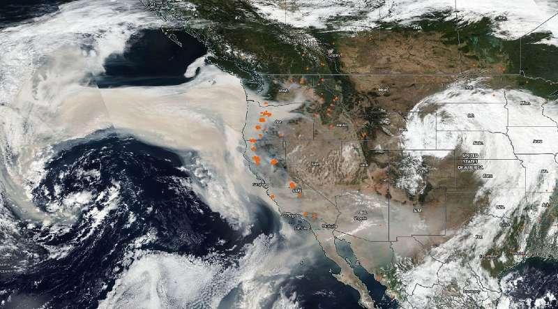 Image satellite de la côte ouest des États-Unis, les points orange montrent les feux actifs.© NOAA, Nasa