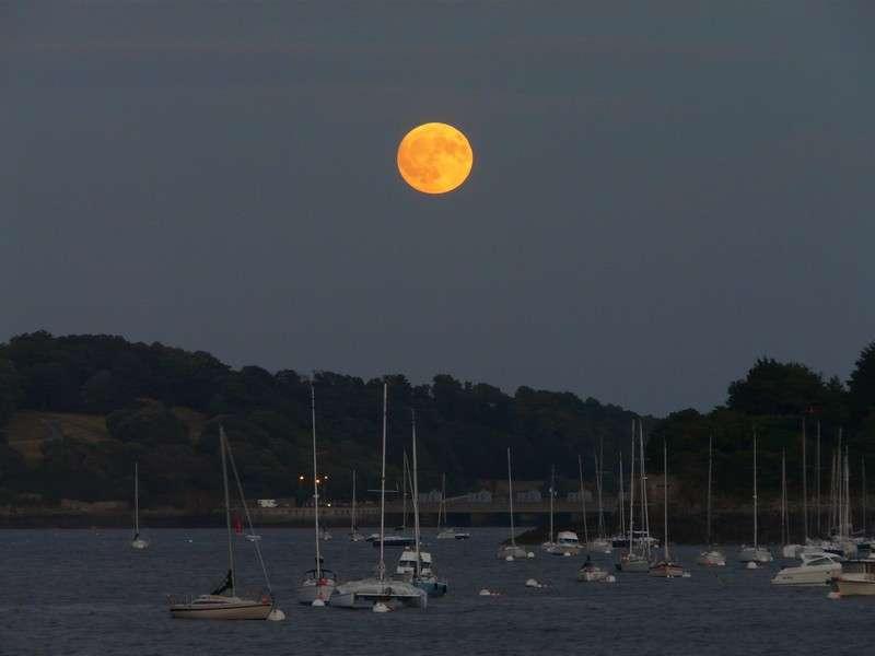 Lever de Pleine Lune sur un port breton. Crédit J-B Feldmann