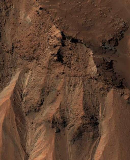 Dans l'hémisphère sud de Mars, MRO a pris cette image d'une zone de 1 km de large environ proche du cratère Hale. Des ravines laissées par des écoulements sont bien visibles. Crédit : NASA/JPL-Caltech/University of Arizona