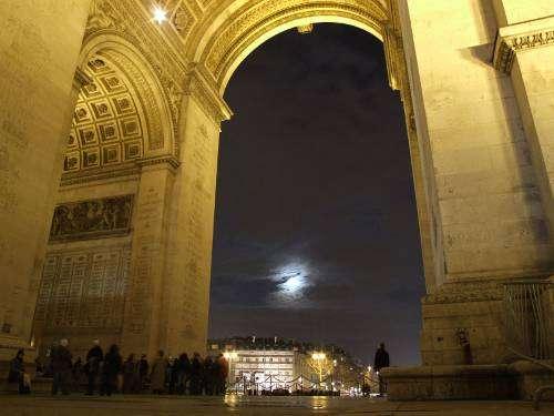 Le 04/03/2012 : la Lune se couche dans l'axe de l'Arc de Triomphe. © DR