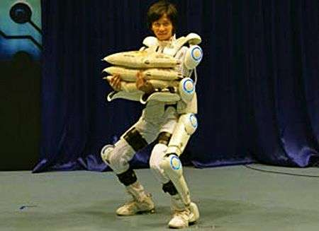 Le professeur Sankai revêtu de HAL en plein travail. Crédit Cyberdyne