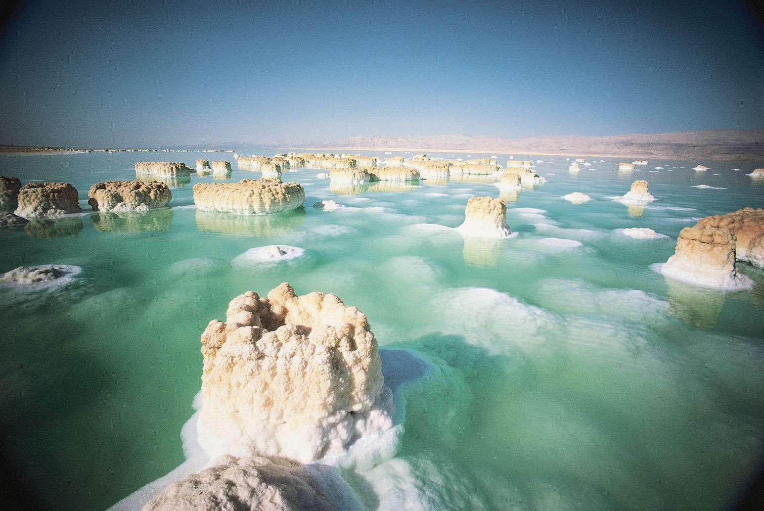 Sans les impacts de grands corps célestes pendant l'Hadéen, les océans de la Terre auraient peut-être tous été aussi salés que la mer Morte (à l'image). © 2011, Grand Tours