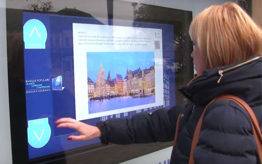La technologie de reconnaissance de gestes permet de rendre « tactiles sans contact » tous les types d'écrans. L'utilisation se fait comme avec un écran tactile mais sans contact physique avec la surface. Le système conçu par les chercheurs allemands permet de visualiser la transpiration d'un doigt grâce à un capteur d'humidité. © AIRxTouch