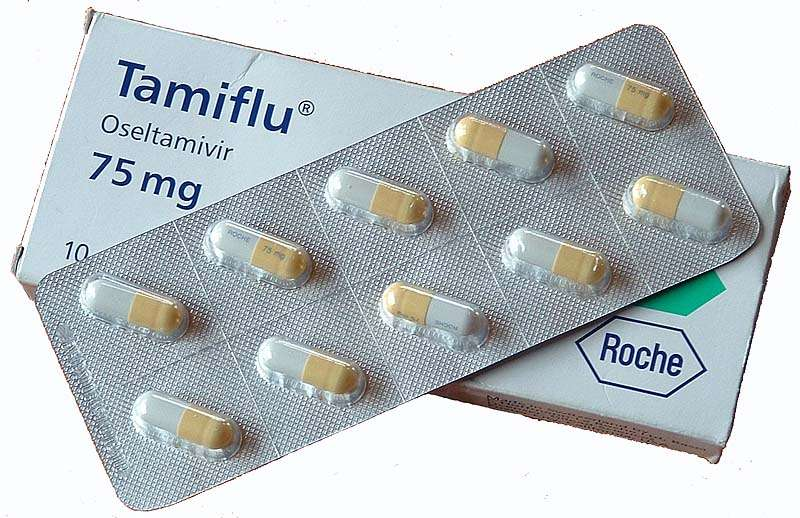Le Tamiflu, développé en 1996 par Gilead Sciences, est vendu par les laboratoires Roche. Déjà, la firme suisse est pointée du doigt par l'entreprise américaine, qui l'accuse de ne pas lui verser tout l'argent qu'elle lui doit selon les contrats qui les lient. Là, elle est au cœur d'une énième polémique : l'antiviral phare n'aurait pas rempli toutes les obligations concernant les tests d'évaluation. © Moriori, Wikipédia, DP