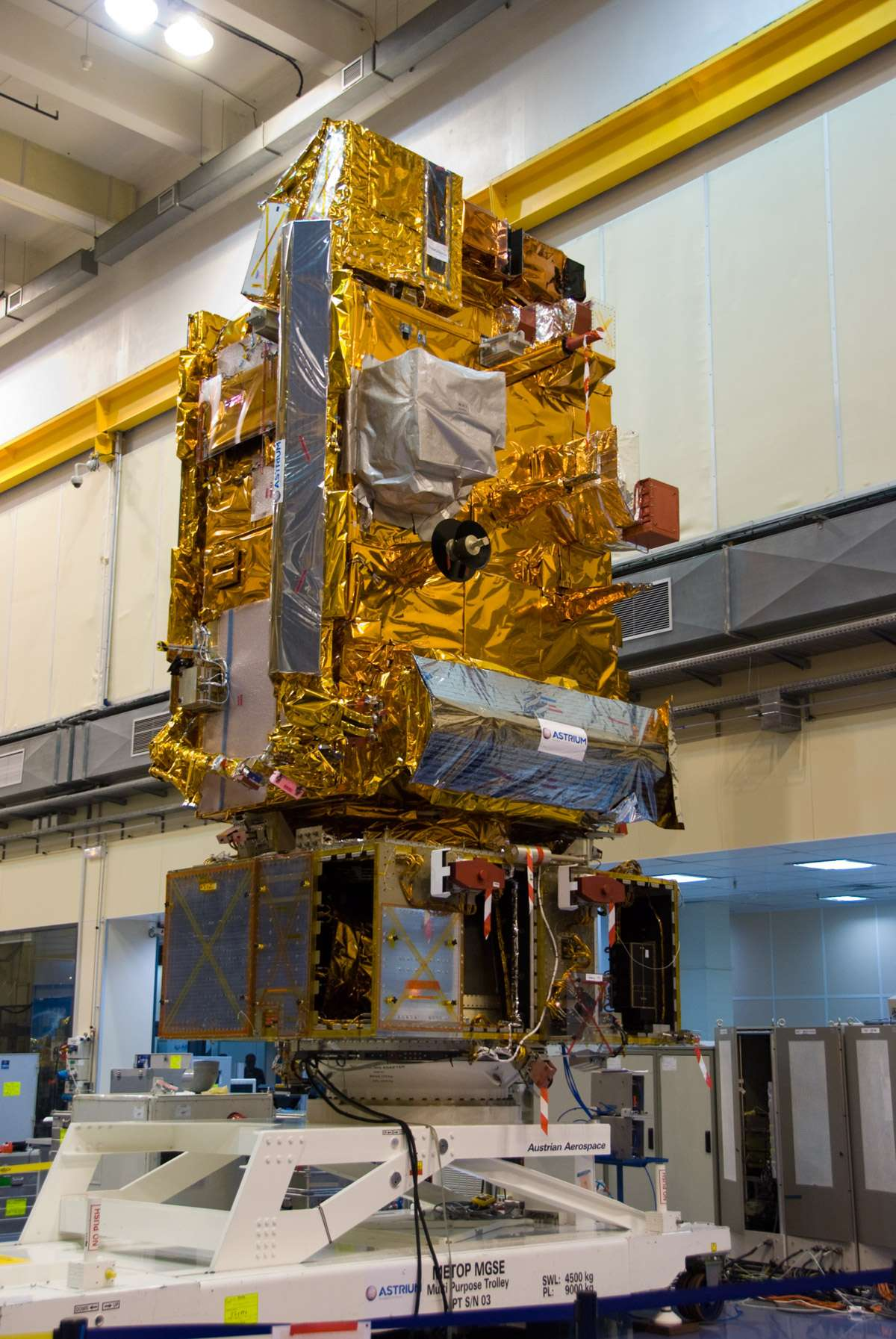 Le satellite Metop-B, lancé en septembre 2012. Il est ici vu en phase finale d'intégration dans l'usine toulousaine d'Astrium (novembre 2011). © Futura-Sciences/R. Decourt