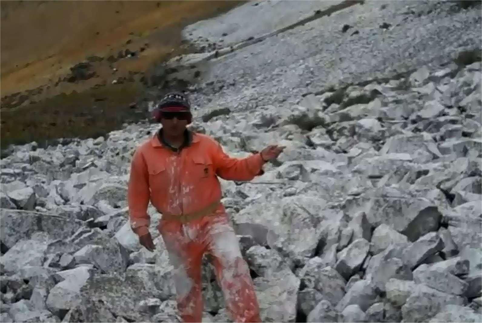 L'équipe à l'œuvre sur les pentes du pic Chalón Sombreron dans les Andes péruviennes, en 2010. Une tentative de géo-ingénierie très modeste, peut-être dérisoire, mais il faut bien tenter quelque chose. © Glacieres Peru