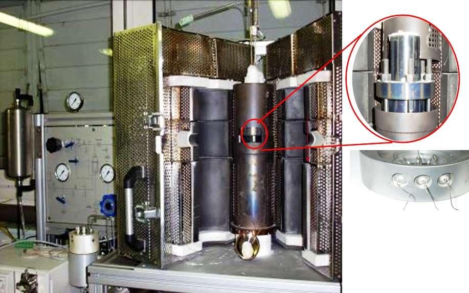 Dans le second prtotype de production d'hydrogène, la température est plus faible (650°C) mais la pression plus élevée (100 bars). Les images agrandies montrent l'extérieur du cœur de la cellule électrochimique ainsi que les passages métal-céramique. © Areva NP/ IEM