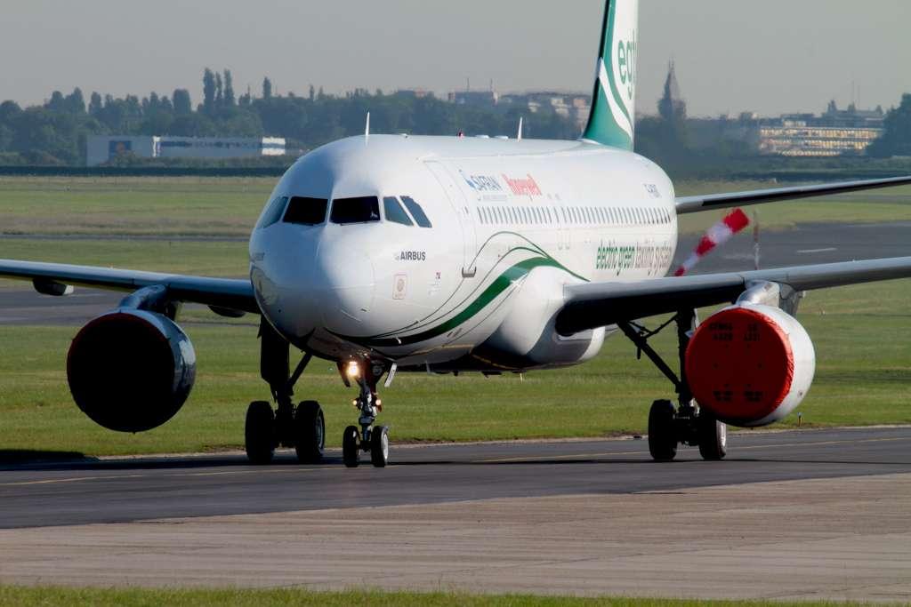 Cela ne se voit pas, mais cet Airbus A320 roule en avant sur une voie de taxiage, même si ses réacteurs sont bâchés. L'astuce : il dispose de deux moteurs électriques alimentés par son APU (auxiliary power unit) sur les jambes de son train d'atterrissage principal. © Benoît Vallet, Safran
