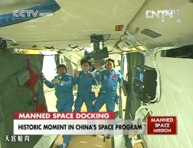 Petite visite du propriétaire pour les trois membres d'équipage de Shenzhou-9 qui découvrent les 10 m du module orbital Tiangong-1. © CNSA