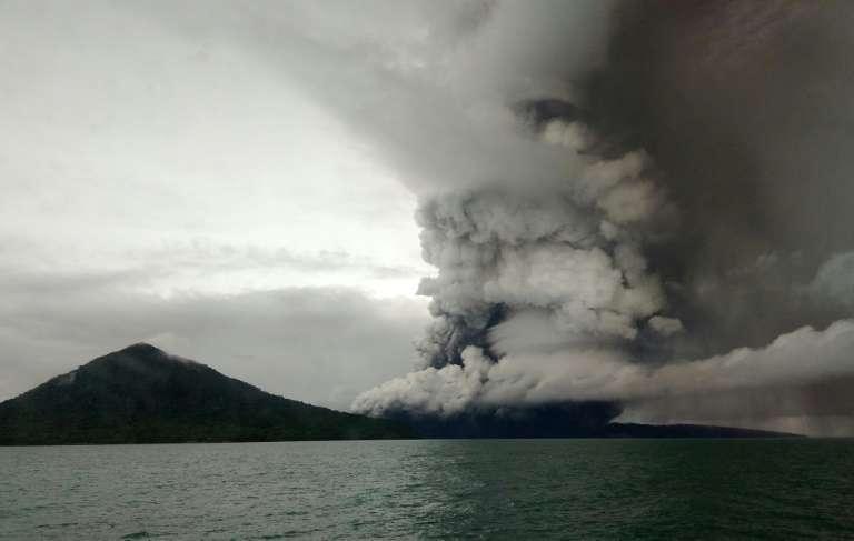 L'Anak Krakatau a perdu deux tiers de sa hauteur dans l'effondrement qui a provoqué le tsunami. © STR - AFP