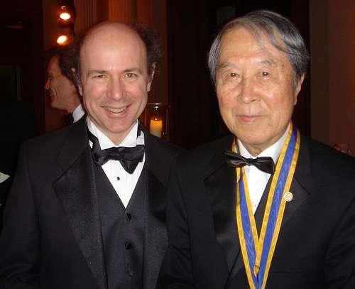 Deux géants du modèle standard de la physique des particules, les prix Nobel Franck Wilczek (à gauche) et Yoichiro Nambu (à droite). Crédit : Betsy Devine