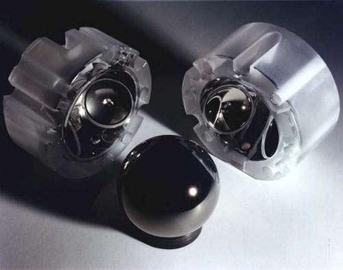 Une des sphères supraconductrices de GPB, en quartz recouvert de niobium. Crédit : Nasa