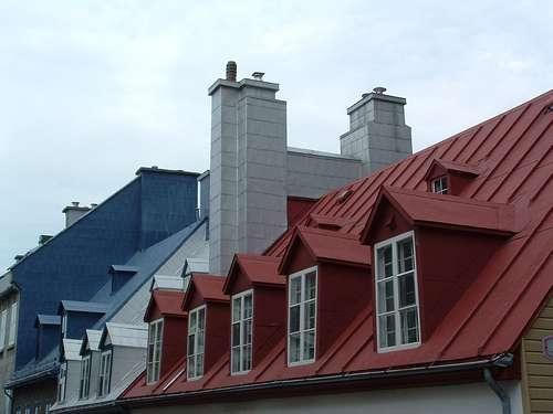 Les chatières contribuent à la longévité du toit, car elles assurent la ventilation des matériaux et réduisent les effets de condensation. © Théo, CC BY-NC-SA 2.0, Flickr