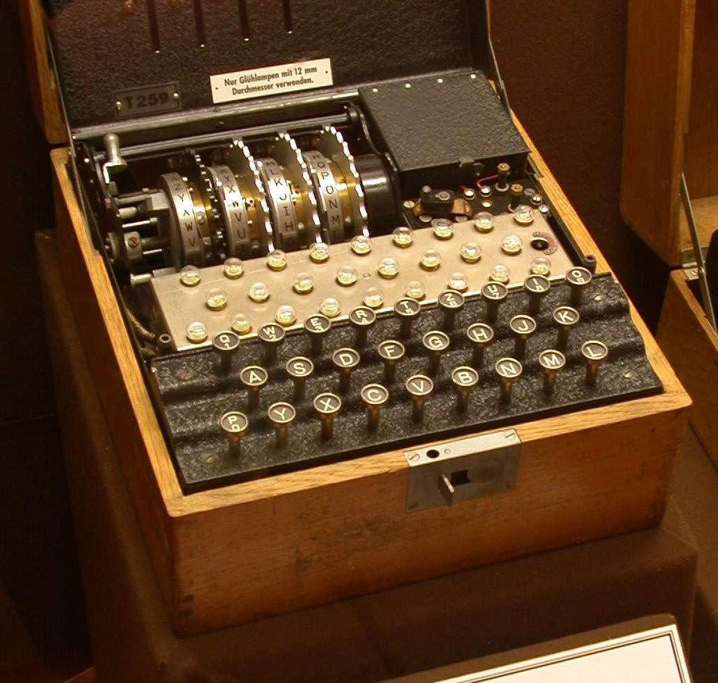 Une des machines électromécaniques Enigma, qui ont servi au chiffrement de messages par l'armée allemande durant la seconde guerre mondiale. Alan Turing a grandement contribué à déchiffrer ce code.