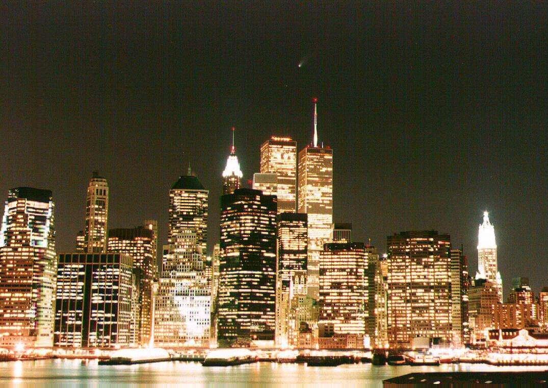 La comète Hale-Bopp était tellement brillante qu'on pouvait l'admirer en pleine ville comme ici au-dessus de New York le 8 avril 1997. © J. Sivo