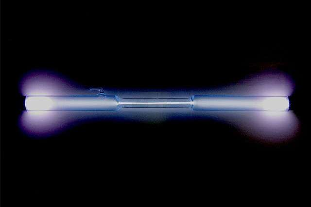Le xénon émet une lumière bleutée ou violette quand il est sollicité dans une lampe à décharge. © Alchemist-hp, Wikimedia Commons, CC by-nc-nd 3.0