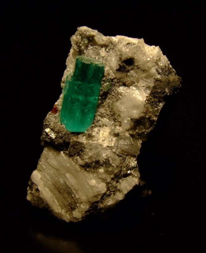 L'émeraude, gemme d'une belle couleur verte, est un composé naturel du béryllium utilisé en joaillerie. © M.M., CC by-sa 3.0