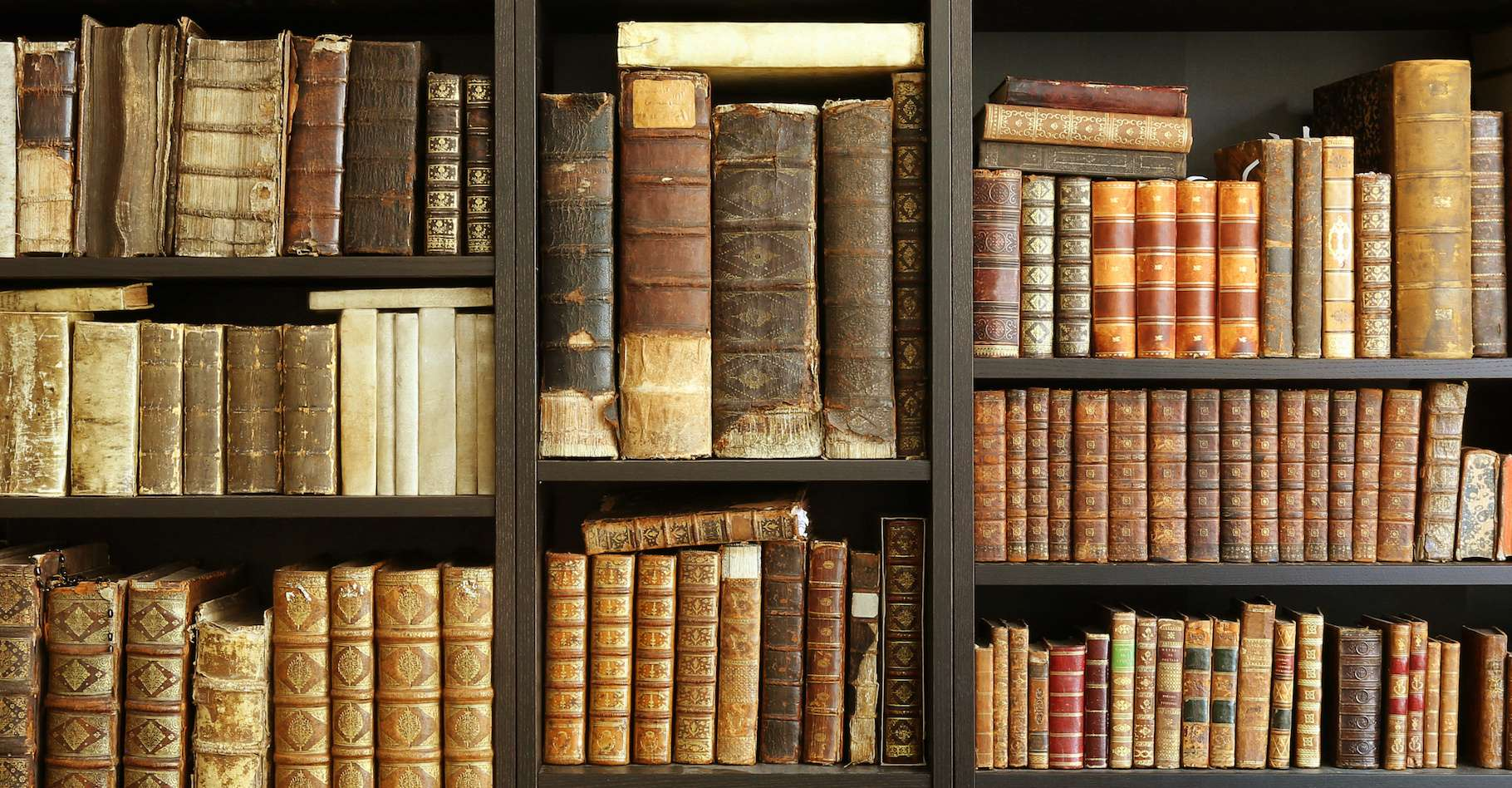 C'est un véritable trésor qui a été retrouvé dans une bibliothèque en Corse : une première édition de l'œuvre maîtresse d'Isaac Newton. © LeitnerR, Adobe Stock