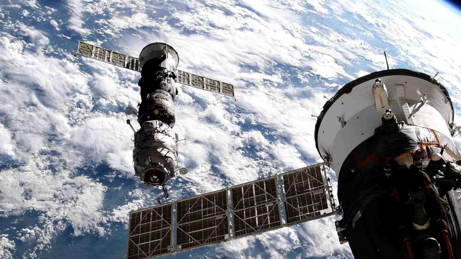 Pirs et le cargo Progress après leur désamarrage de la Station spatiale internationale. © Roscosmos