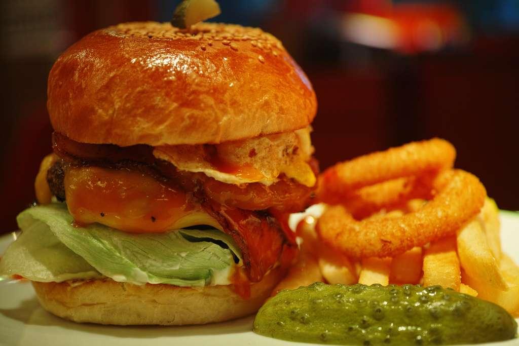 Des chercheurs néerlandais vont rendre possible le premier hamburger contenant de la viande synthétique, obtenue à partir de cellules souches musculaires. Cette nourriture sera-t-elle la solution à la faim dans le monde ? Pour cela, il faudra que son prix baisse, car ce hamburger coûte pour le moment la bagatelle de 285.000 euros. © HAMACHI!, Flickr, cc by nc nd 2.0