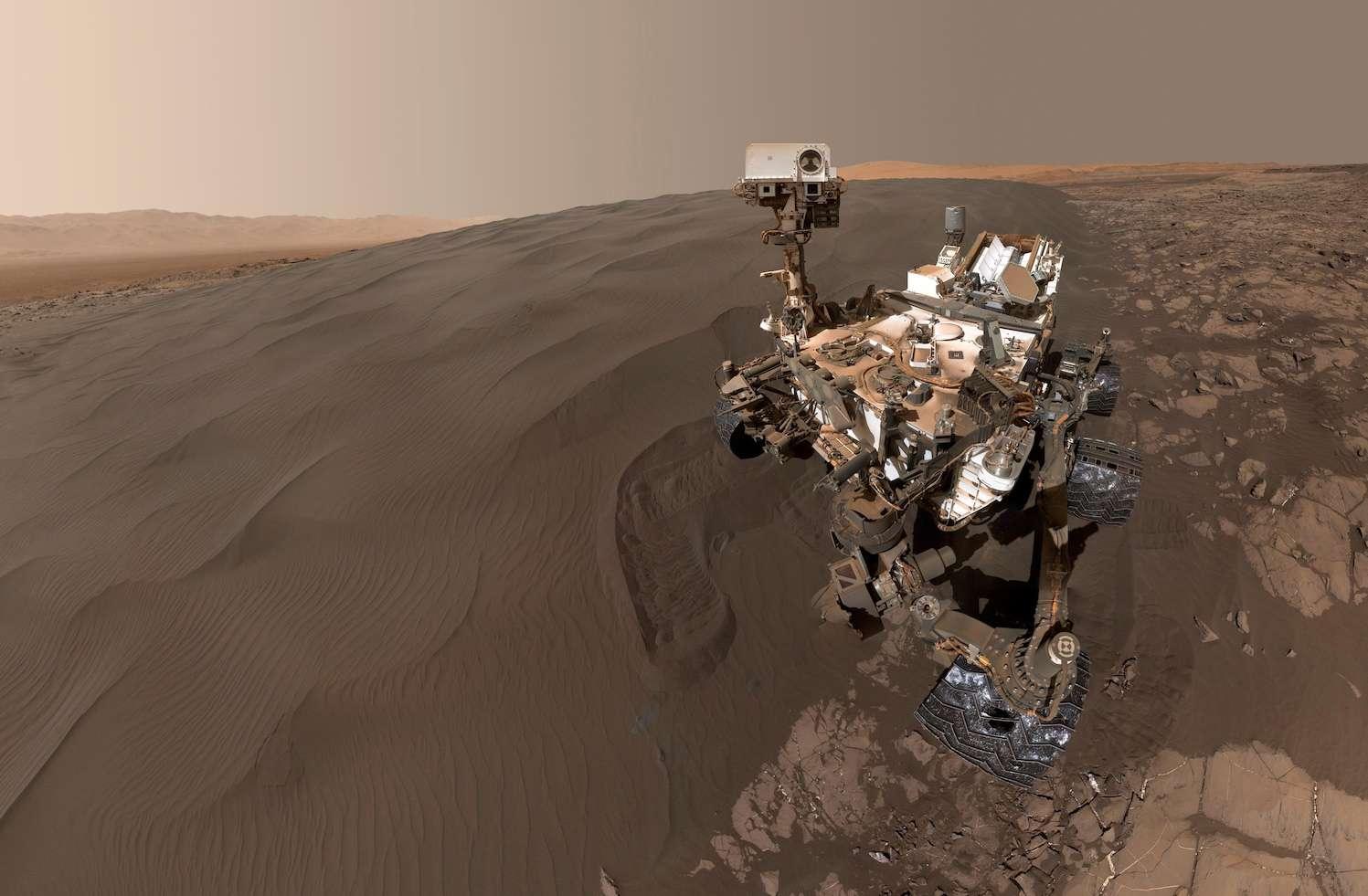 L'autoportrait de Curiosity sur Mars, au bord de la dune de Namib, est composé de 57 images prises le 19 janvier 2016 (sol 1.228) avec la caméra Mahli. © Nasa, JPL-Caltech, MSSS