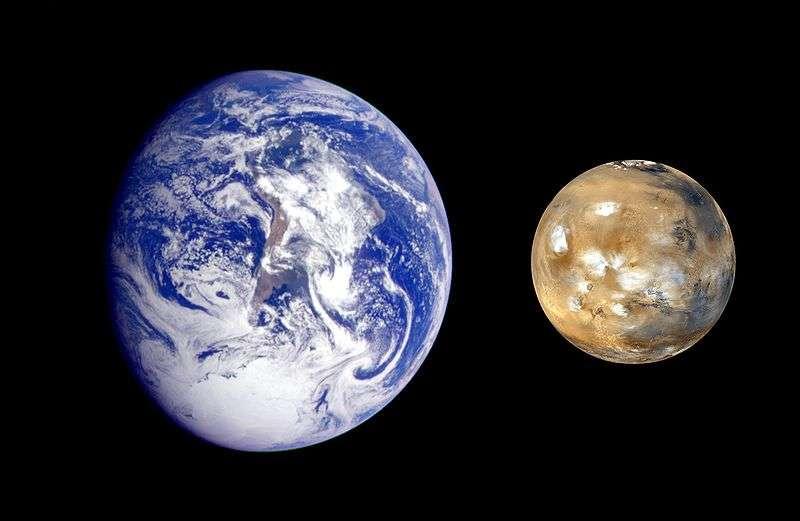 Comparaison des tailles de la Terre et de Mars. Y aurait-il de l'eau propice à la vie sous la surface de cette dernière ? © Nasa, Wikimedia Commons, DP