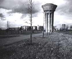 Site de Saclay en 1957, le chateau d'eau et EL3 au fond. Crédit: CEA