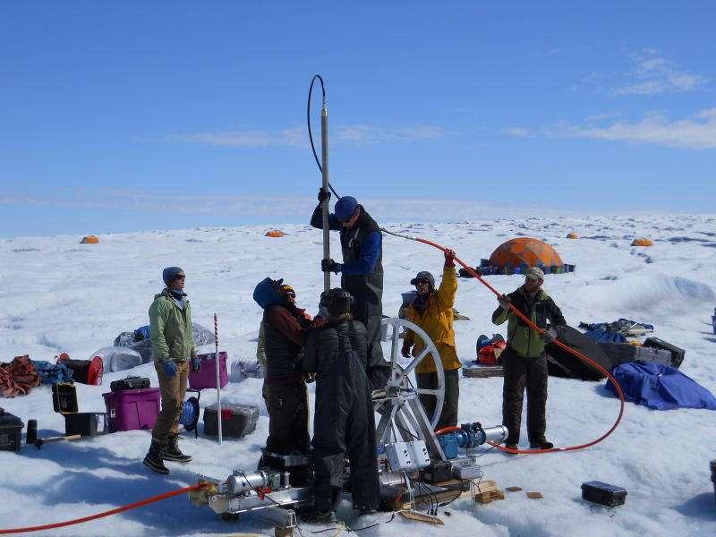 Le doctorant Toby Meierbachtol manipule un appareil de forage qui utilise de l'eau chaude pour creuser à plus de 800 m de profondeur. L'étude de l'interface terre-glace est rendue complexe par l'épaisseur gelée qui recouvre le Groenland. © Université du Montana