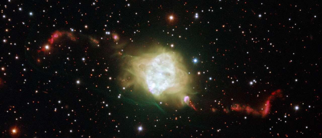 Cette nouvelle image du très grand télescope de l'ESO montre la nébuleuse planétaire Fleming I dans la constellation du Centaure. Cet objet surprenant est un nuage de gaz brillant autour d'une étoile en fin de vie. De nouvelles observations ont montré qu'une très rare paire de naines blanches occupe vraisemblablement le cœur de cet objet. Leurs mouvements orbitaux permettent parfaitement d'expliquer les remarquables structures symétriques des jets de matière dans les nuages de gaz avoisinants constituant cet objet et d'autres objets similaires. © ESO, H. Boffin