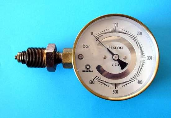 Un manomètre à tube de Bourdon, tel que celui-ci, sert à mesurer une pression comprise entre 0 et 600 bars. © Romary, Wikipedia, CC by 2.5