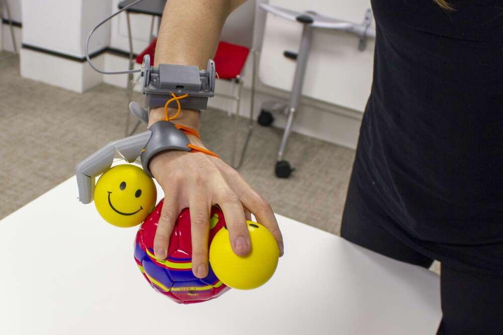 Des participants ont été formés à l'utilisation d'un « troisième pouce ». À l'issue de l'expérience, ils ressentent tous l'impression qu'il faisait partie de leur corps. L'utilisation de ce pouce robotique pourrait avoir un impact sur la représentation de la main dans le cerveau.