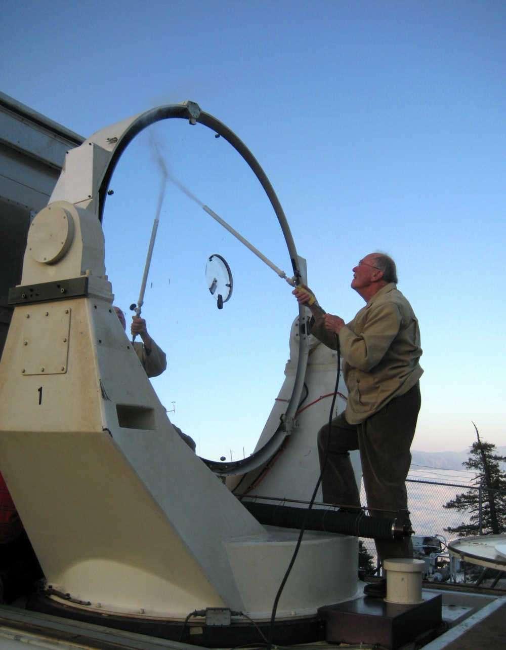 A 94 ans, l'inventeur du laser est encore vert. Le voici en train de laver le miroir de l'instrument avec lequel il mesure le diamètre des étoiles. Crédit : Cristina Ryan 2008
