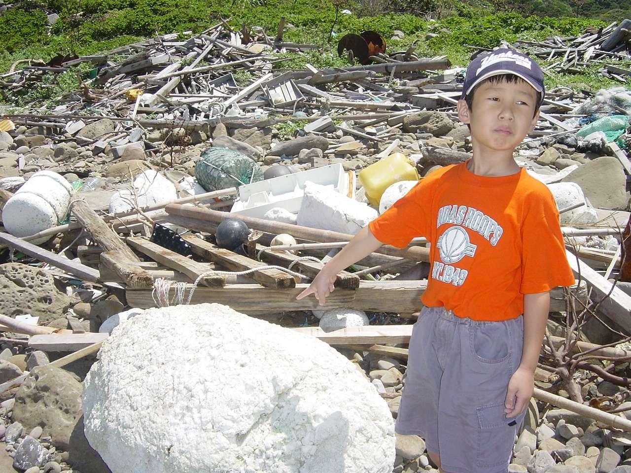 Un exemple de la pollution des côtes du Japon par les plastiques. Notez l'énorme bloc de polystyrène expansé. Crédit : Katsuhiko Saido