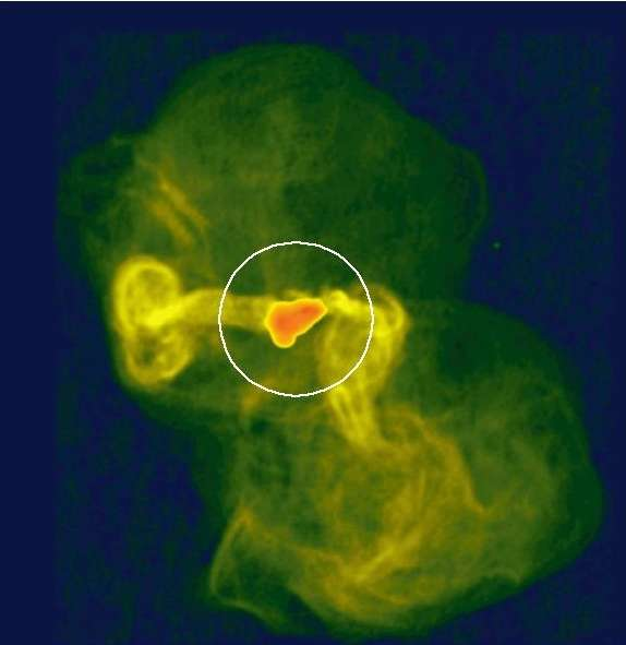 Cette image obtenue aussi avec le VLBA représente le jet de matière de M87 sur une distance de 200.000 années-lumière environ. La zone cerclé en blanc indique la résolution atteinte par les télescopes gamma, ce qui est assez faible. Crédit : NRAO/AUI/NSF