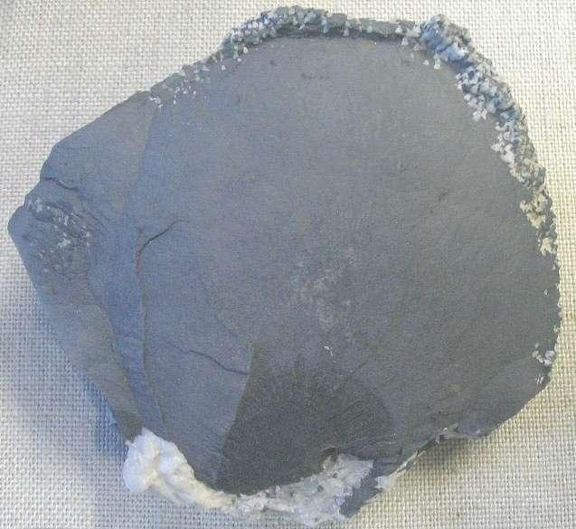 L'arsenic se présente le plus souvent sous la forme d'un solide gris, comme c'est le cas de ce bloc d'arsenic natif. Il peut également être jaune ou noir. © Aram Dulyan, Wikimedia Commons, DP