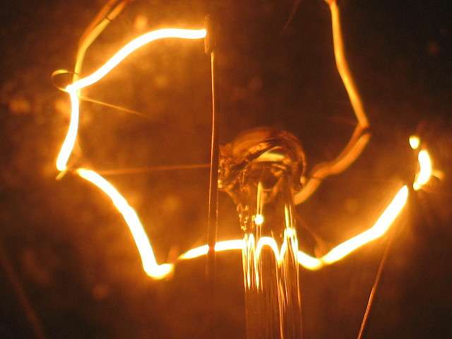 Le filament de cette ampoule, incandescent, émet une lumière jaune. © Feghoul Fawzi CC by-nc-nd 2.0