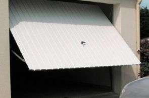 Une porte de garage basculante sur moteur est un gage de tranquillité et de sécurité. © DR