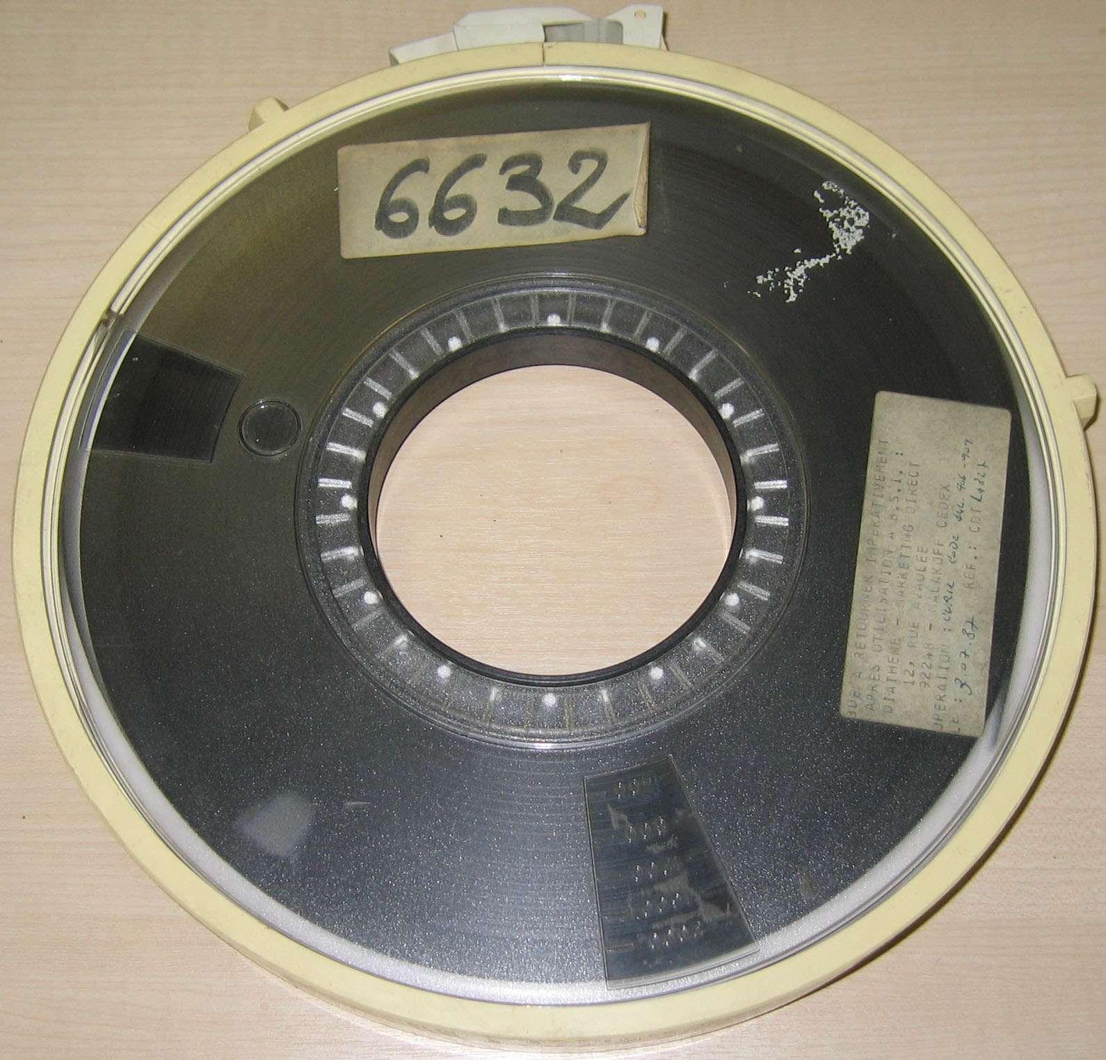 Fritz Pfleumer découvre la bande magnétique en 1928. La bande magnétique permet l'enregistrement d'informations numériques ou analogiques. © Poil, CC BY-SA 3.0, Wikimedia Commons