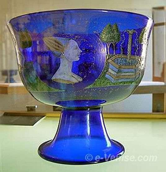 Coupe en verre émaillé du 15ème siècle attribuée à Angelo Barovier. Crédit : Musée du Verre de Murano (Venise)