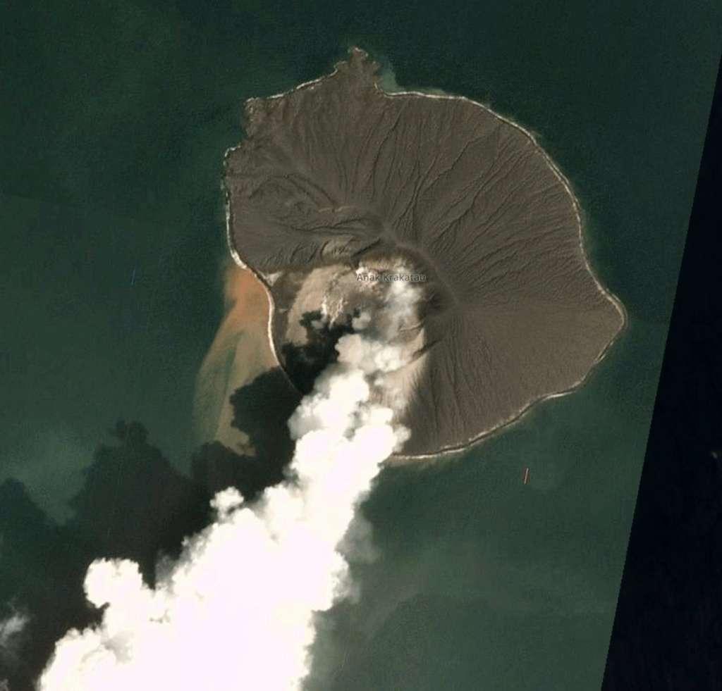 Le volcan Anak Krakatau lors de son éruption le 31 décembre 2019. © Planet Labs Inc. of 30.12.2019 via Simon Carn