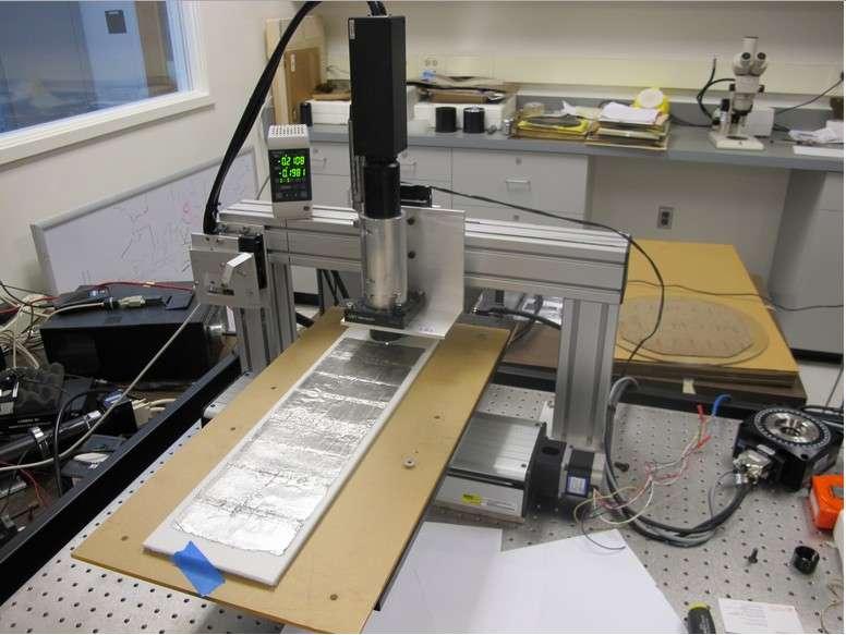 Le système de numérisation mis au point par les chercheurs du Lawrence Berkeley National Laboratory repose sur un microscope confocal qui numérise en 3D les sillons imprimés sur la feuille d'aluminium par le stylet du phonographe d'Edison. © Lawrence Berkeley National Laboratory/Misci