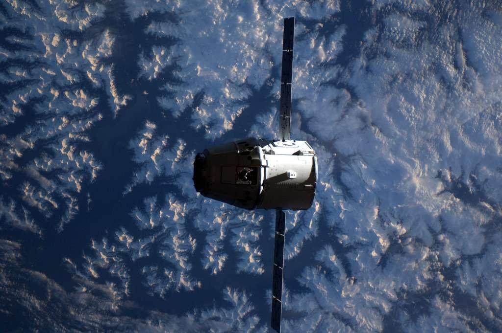 La capsule Dragon au-dessus des Montagnes Rocheuses. © André Kuipers/Esa/Nasa